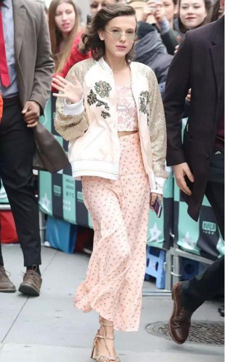 """Millie Bobby Brown đúng là một điển hình của việc """"tài không đợi tuổi"""" và không chỉ thể hiện tài năng trên màn ảnh, cô bé 13 tuổi này còn rất biết cách thu hút mọi ánh nhìn khi đi dự sự kiện"""