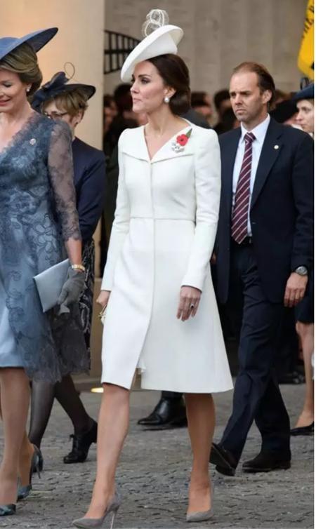 """Quý phái, rực rỡ và hoàn hảo đến khó tin, mỗi lần xuất hiện của Công nương Kate Middleton là một lần """"đốn gục"""" ánh mắt người hâm mộ và sau khi đã báo tin bầu bí với công chúng, Công nương nước Anh chắc chắn sẽ lại tạo ra những cơn sốt mới trong dòng thời trang dành cho bà bầu"""