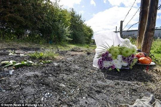 Bó hoa đặt tại hiện trường để tưởng nhớ nạn nhân. Ảnh: Daily Mail