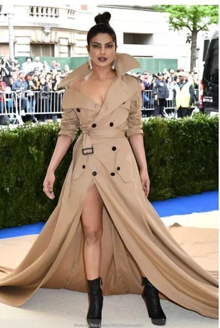 Priyanka Chopra lúc nào cũng biết cách tỏa sáng trên thảm đỏ, ngay cả khi nữ diễn viên bất ngờ diện một chiếc váy lai với áo khoác dài tham dự sự kiện Met Gala năm ngoái