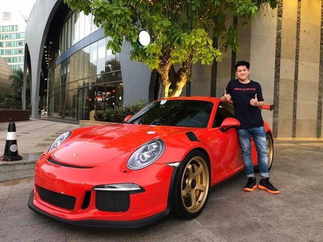 Em trai Đàm Thu Trang cũng có bức hình tạo dáng bên siêu xe này.