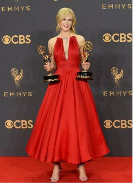 Bộ cánh mà Nicole Kidman mặc tại lễ trao giải Emmy năm vừa rồi xứng đáng được đi vào lịch sử với sắc đỏ sexy hòa quyện cùng vòng cổ cao sang và bất ngờ phá cách với đôi giày độc đáo