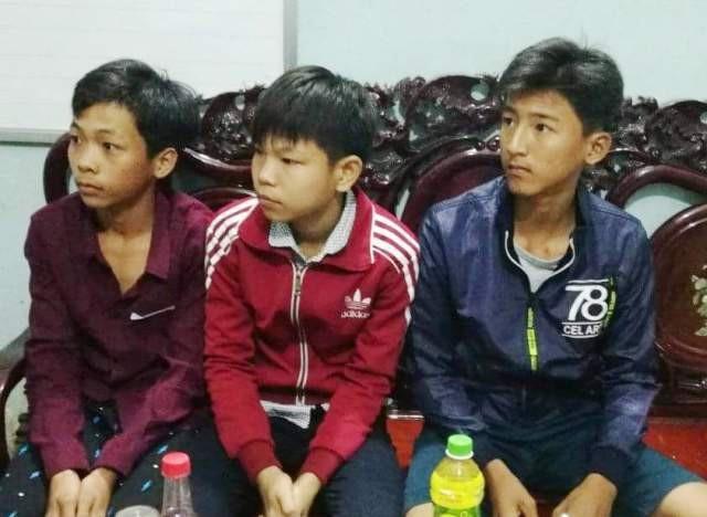 Em Đỗ Thanh Bằng (ngoài cùng bên phải) cùng các bạn nhặt được số tiền lớn trả lại người đánh rơi.