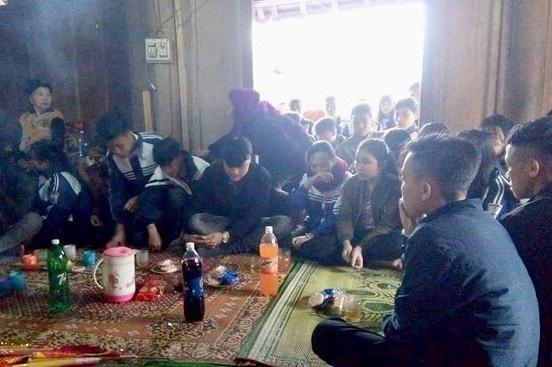 Sau khi nghe tin, rất đông bạn bè thầy cô đã đến chia buồn cùng gia đình em K. Ảnh: Báo Nghệ An.