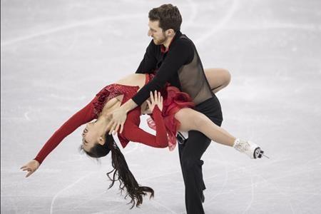 """Nữ vận động viên trượt băng người Hàn Quốc Yura Min đã thực sự tạo được ấn tượng đặc biệt tại Olympic PyeongChang nhờ bộ trang phục thiết kế hết sức sexy với phần áo khoét cổ sâu cùng một nút cài ở cổ và một dây đai ở ngang lưng. Tuy nhiên, chính vì cắt xẻ quá táo bạo mà khi đang trình diễn, nút cài ở cổ bất ngờ bị tung khiến Yura suýt bị """"lộ hàng""""."""