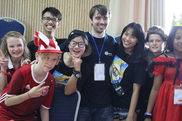 Ngô Hải Anh (thứ 3 từ trái sang) chụp ảnh cùng với các bạn nước ngoài