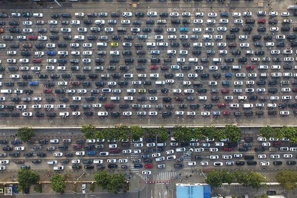 Một tuyến đường quốc lộ chật kín xe cá nhân