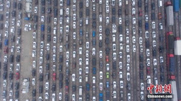 Mặc dù các tuyến đường quốc lộ và cao tốc đã được mở rộng, nhưng vẫn không đủ đáp ứng được mật độ giao thông tại Trung Quốc vào dịp trước và sau kỳ nghỉ Tết