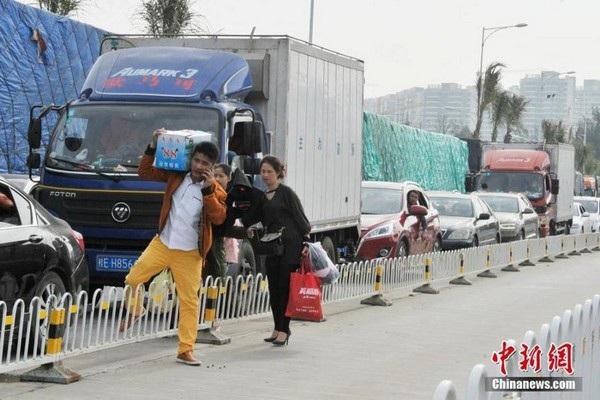 Choáng với cảnh tắc đường khủng khiếp tại Trung Quốc sau kỳ nghỉ Tết - 7
