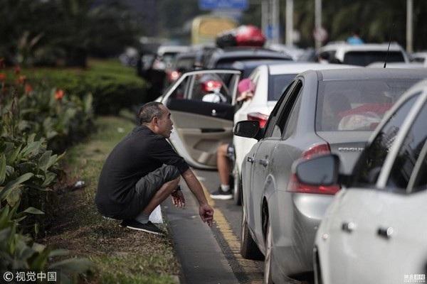 Nhiều người phải xuống xe hoặc đi bộ khi đường bị tắc