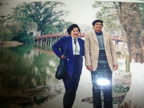 Bức ảnh kỷ niệm của nghệ sĩ Tuệ Minh với chồng là nhà văn Nguyễn Đình Thi bên cầu Thê Húc - Hồ Gươm.