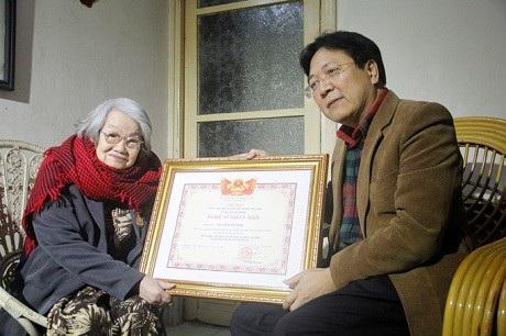 Thứ trưởng Vương Duy Biên thừa lệnh Chủ tịch nước đến tận nhà riêng trao tặng danh hiệu Nghệ sĩ Nhân dân cho nghệ sĩ Tuệ Minh vào năm 2016.