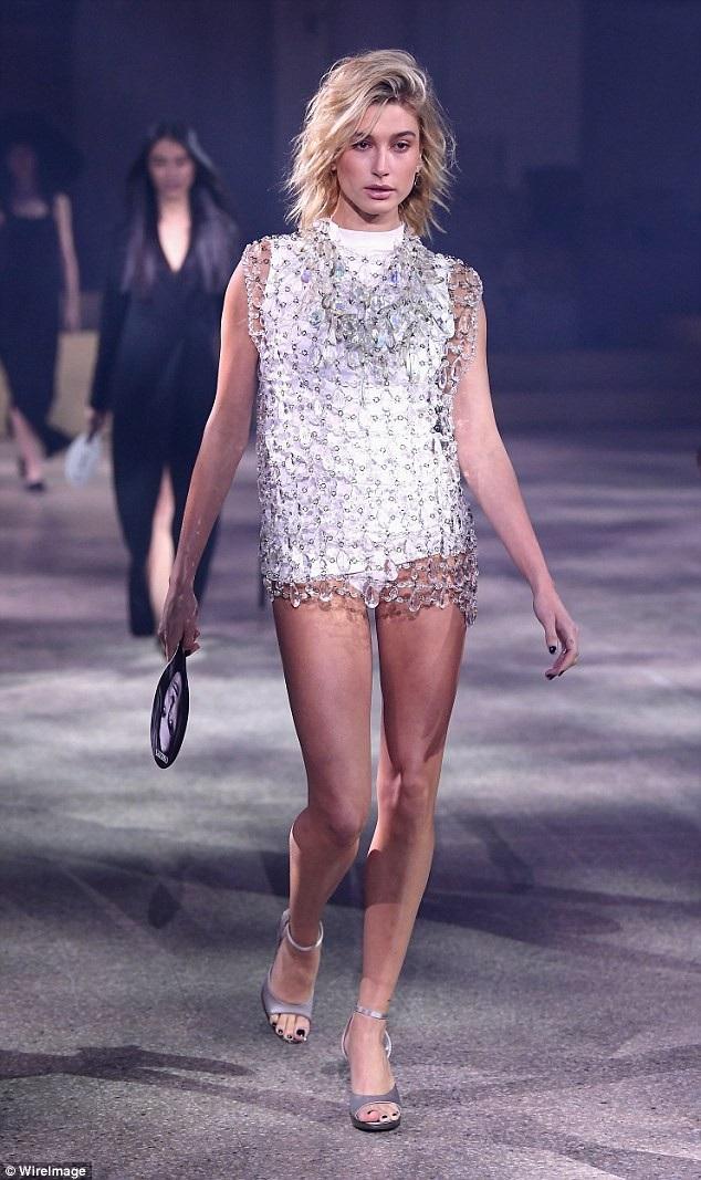 Hailey Baldwin trình diễn trong show thời trang tại Milan Fashion Week ngày 24/2 vừa qua