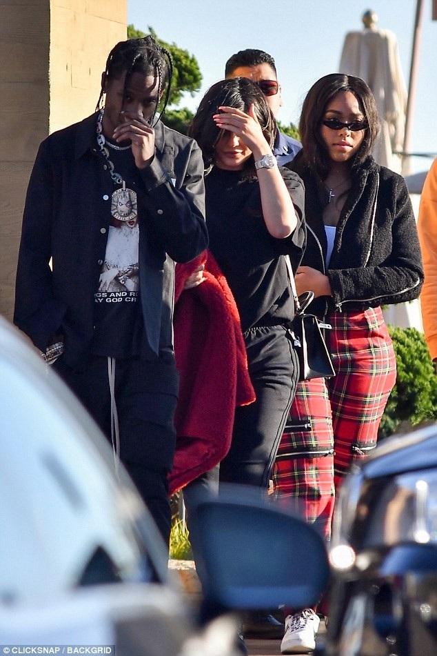 Kylie Jenner và bạn trai Travis Scott đi ăn tối tại Malibu ngày 24/2 vừa qua
