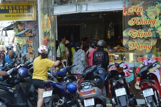 Ngày Vía Thần Tài: Cửa hàng đông đặc, nhà vàng trúng đậm - 13