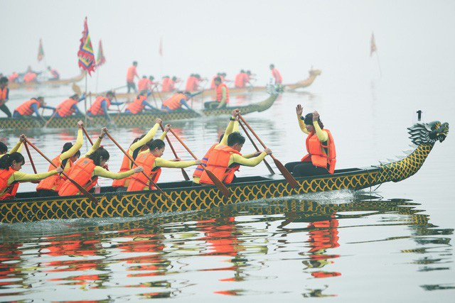 Sáng 24/2, lễ hội đua thuyền rồng đầu tiên ở hồ Tây (Hà Nội) diễn ra trong thời tiết sương mù dày đặc. Hơn 400 vận động viên thuộc 27 đội đua tranh quyết liệt trong sự theo dõi của hàng nghìn khán giả Thủ đô. (Ảnh: Quý Đoàn)