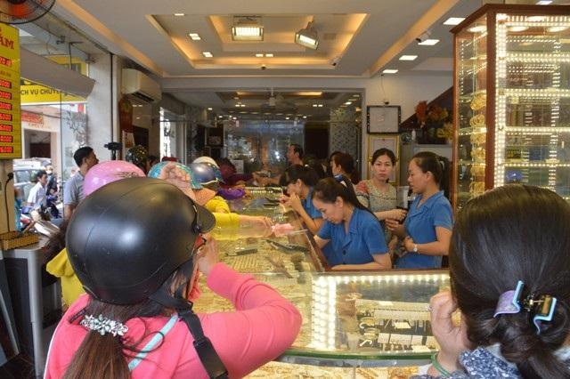 Nhiều tiệm vàng có đông người dân đến giao dịch ngày mùng 10 tháng Giêng.