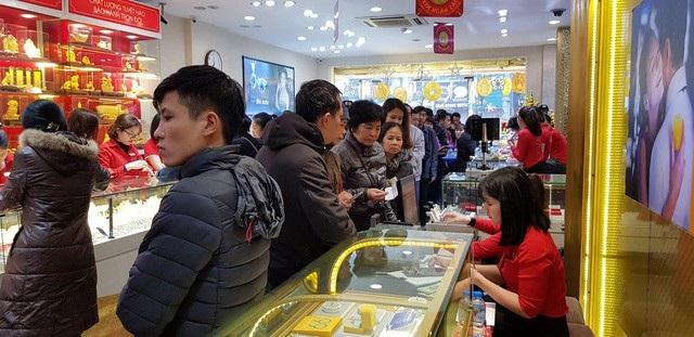 Lượng người đi mua vàng năm nay được nhận định rải rác do ngày Vía Thần tài vào ngày chủ nhật nên người dân có thể mua vàng vào trưa hoặc chiều tối.