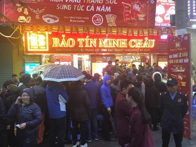 Tại Hà Nội, nhiều người dậy từ sáng sớm háo hức xếp hàng tại các cửa hàng chờ mở cửa để mua vàng rước lộc Thần Tài về nhà. (Ảnh: Thế Hưng)