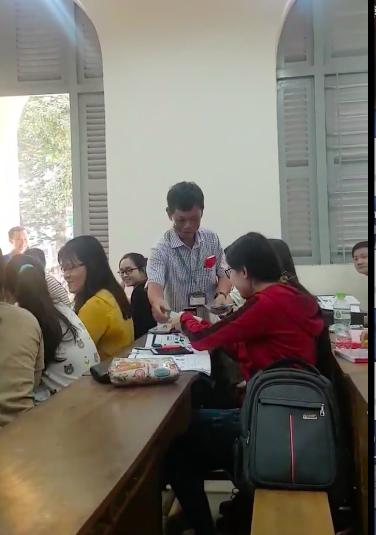Hiệu trưởng trường ĐH Sài Gòn lì xì cho sinh viên (ảnh từ clip)