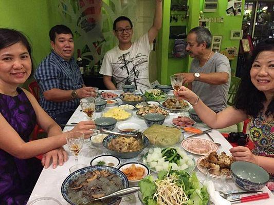 Bữa cơm sum họp với người thân và bạn bè tối 30 Tết tại gia đình Lan - Linh.