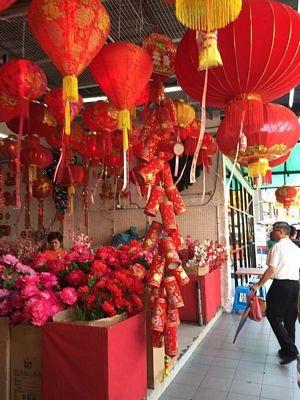 Đèn hoa đỏ rực và người mua kẻ bán tấp nập những ngày giáp Tết Mậu Tuất tại China Town Kuala Lumpur.