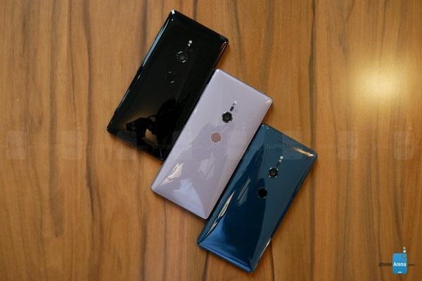 Mặt lưng sản phẩm khiến nhiều người nhớ đến smartphone của HTC