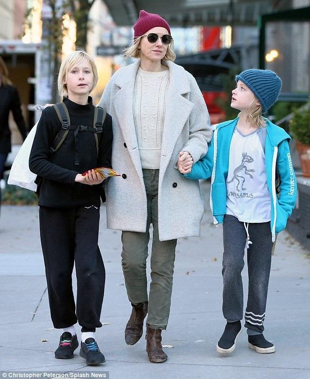 Nữ diễn viên Naomi Watts và Liev Schreiber hẹn hò 11 năm, có với nhau 2 con trai trước khi chia tay vào năm 2016. Cặp đôi hiện vẫn coi nhau là bạn bè thân thiết