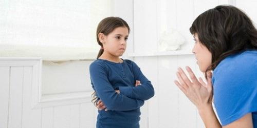 Lấy các gương điển hình người tốt việc tốt về để con học tập: Sự so sánh kiểu đó chỉ gây ra ức chế cho con và làm con nghĩ bố mẹ ghét, bố mẹ thất vọng vì con. (Ảnh: Minh họa)