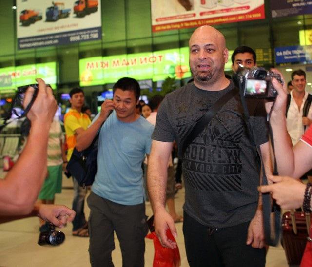 Không gặp được cả Tuấn hạc lẫn Johnny Trí Nguyễn, Flores cho biết ông sẽ sớm rời Việt Nam