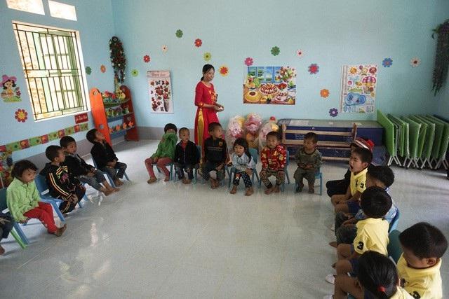 Các em học sinh mầm non ở điểm trường Na Quang tươi vui trong phòng học mới