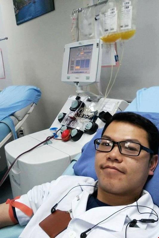 BS trẻ Hoàng Chí Cương có thú vui hiến máu ngày mùng 1 Tết. Trong ảnh, anh hiến tiểu cầu vào ngày mùng 1 Tết Mậu Tuất ngay sau ca trực đêm 30.