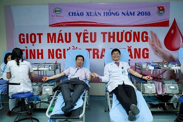 TS.BS Trần Ngọc Quế (bên phải) hiến máu tại buổi lễ Chào Xuân Hồng năm 2018.