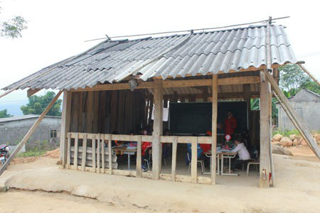 Điểm trường Nà Cóc, gồm cả bậc mầm non và bậc tiểu học thuộc thị trấn Tân Uyên, huyện Tân Uyên, tỉnh Lai Châu trước khi được bạn đọc báo Dân trí hỗ trợ xây dựng mới