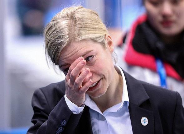 Huấn luyện viên Sarah Murray lau nước mắt sau khi trận đấu giữa đội khúc côn cầu liên Triều và Thụy Điển kết thúc ngày 20/2 (Ảnh: Hani)