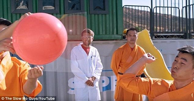 """Võ sư Thiếu Lâm có tên Feng Fei đã thể hiện tuyệt kỹ """"ném kim xuyên kính"""" trong tập phát sóng mới nhất của chương trình tìm hiểu khoa học trực tuyến """"The Slow Mo Guys""""."""