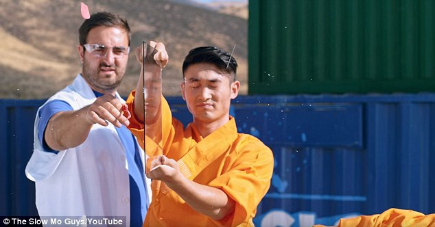 Trong một thước phim quay chậm, võ sư Feng Fei đã thực hiện động tác ném kim xuyên kính, cây kim đã đâm thủng mặt kính và làm vỡ quả bóng bay đặt phía sau mặt kính.