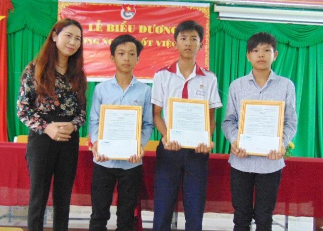 Đại diện Trung ương Đoàn TNCSHCM trao khen thưởng cho em Mới, Bằng và Khang (từ trái qua).