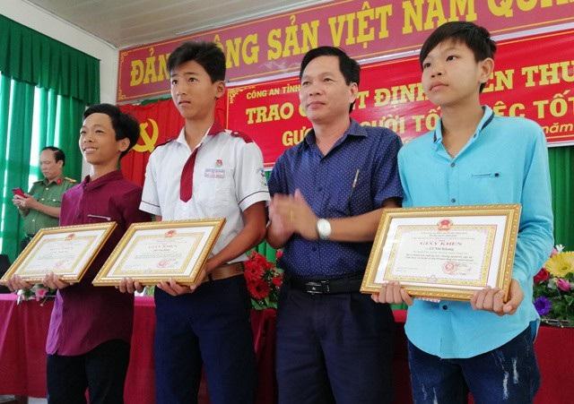 Lãnh đạo UBND huyện Thạnh Trị trao Giấy khen cho các em.
