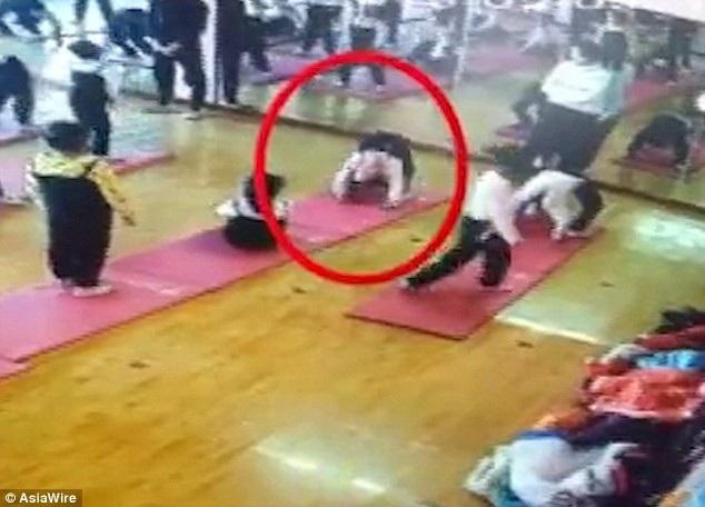 Bé gái tập động tác yoga khó và bị chấn thương. (Ảnh: Asia Wire)