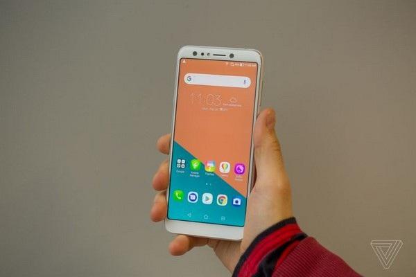 Zenfone 5 Lite với phần viền màn hình dày hơn 2 phiên bản còn lại