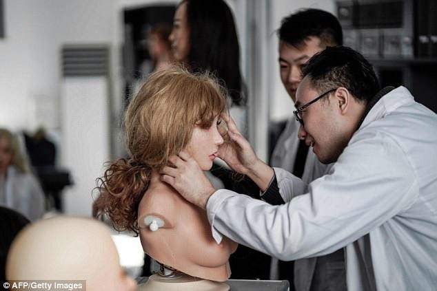 Sự chênh lệch giới tính là một phần nguyên nhân khiến nhu cầu sử dụng búp bê người lớn ở Trung Quốc cao. (Ảnh: AFP)