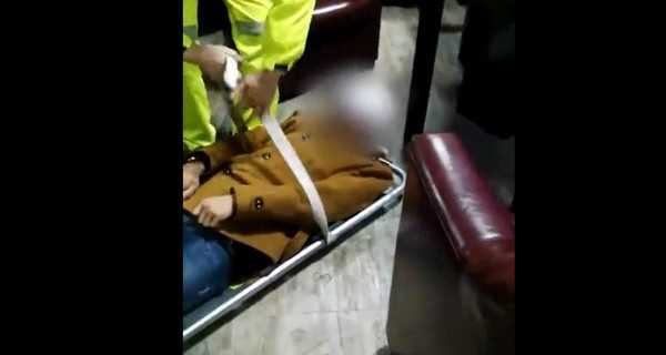 Game thủ bị liệt nửa thân dưới sau hơn 20 giờ chơi game liên tục, đang được các nhân viên y tế mang đến bệnh viện