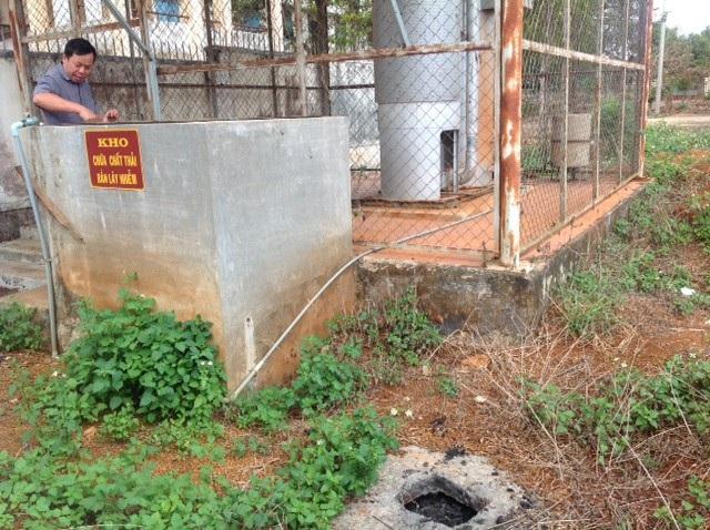 Kho chứa chất thải rắn lây nhiễm cũng không được che đậy