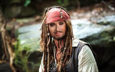 """Nghe có vẻ khó tin nhưng """"người sói"""" Hugh Jackman đã suýt chút nữa trở thành cướp biển Jack Sparrow trong loạt phim """"Pirates of the Caribbean"""" trước khi bị loại vì đạo diễn cho rằng nam tài tử không đủ nổi tiếng ở bên ngoài nước Úc. Ngoài ra, Jim Carrey và Matthew McConaughey cũng đã được mời thử vai nhưng cơ duyên này cuối cùng lại thuộc về Johnny Depp."""
