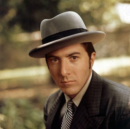 """Hãng Paramount đã muốn những ngôi sao như Warren Beatty hay Robert Redford vào vai Michael Corleone trong phim """"The Godfather"""" nhưng tất cả đều phũ phàng từ chối. Ngay cả Dustin Hoffman cũng không muốn trở thành ông trùm tội phạm trên màn ảnh nên cũng lắc đầu không tham gia. Đạo diễn Francis Coppola thì cho rằng Al Pacino là một diễn viên xuất sắc nên đã nhất mực tiến cử nam tài tử này dù rằng khi ấy, Al Pacino vẫn chưa nổi tiếng. Cũng chính vì Al Pacino chưa có tiếng tăm tại thời điểm làm phim mà hãng Paramount đã kịch liệt phản đối nam tài tử đóng vai nam chính và phải đợi tới 3 tuần trước khi phim khai máy, hợp đồng giữa hai bên mới được kí kết."""