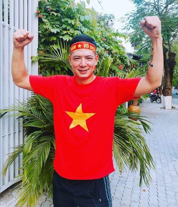 Đáng chú ý nhất trong làng giải trí là Công Vinh tặng 500 triệu đồng, diễn viên Bình Minh tặng 1,5 tỷ đồng (quy thành quà tặng), người đẹp Dương Yến Ngọc tặng 100 triệu đồng cho U23 Việt Nam