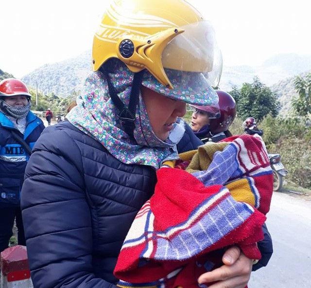 Các cô giáo bế, ủ ấm cho đứa trẻ mới được sinh ra trong điều kiện thời tiết giá lạnh.