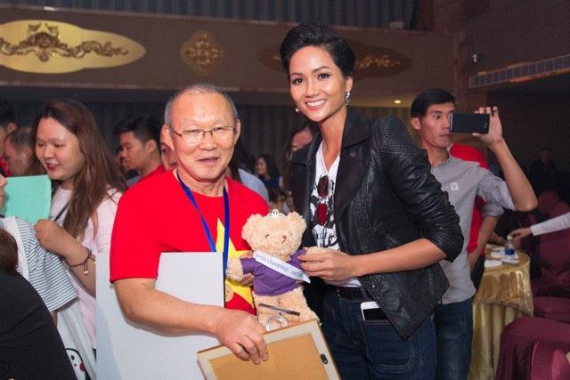 Hoa hậu Hoàn vũ Việt Nam H'hen Niê đã tham gia buổi giao lưu đội tuyển U23 Việt Nam tại TPHCM với sự tham gia của huấn luyện viên trưởng Park Hang-seo và các cầu thủ U23 Việt Nam.