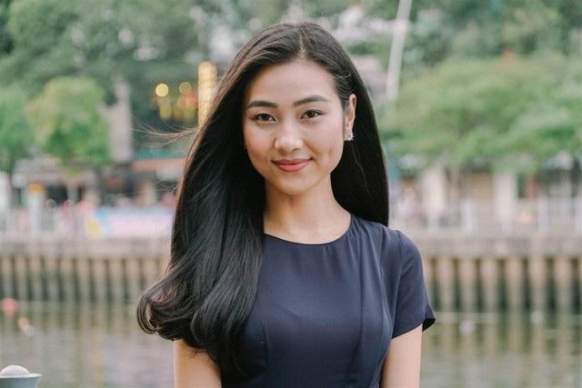Bất ngờ xuất hiện trong bản tin Toàn cảnh 24h trên VTV9, Người đẹp Áo dài của Hoa hậu Việt Nam 2016 Bùi Nữ Kiều Vỹ gây thương nhớ với vẻ đẹp dịu dàng. Cô là MC hiện trường, giới thiệu đến khán giả truyền hình một không gian đẹp như trời Tây ngay giữa lòng TP.HCM.